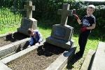 Porządkujemy grób naszej Patronki