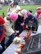Pamiętamy o zmarłych - uczniowie klas I-III na cmentarzu w Rymanowie - fot. M. Dąbek ::  11