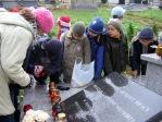 Pamiętamy o zmarłych - uczniowie klas I-III na cmentarzu w Rymanowie - fot. M. Dąbek ::  12