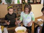 Uczniowie z klasy 3b robią sałatkę - fot. M. Dąbek ::  14