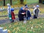 Pamiętamy o zmarłych - uczniowie klas I-III na cmentarzu w Rymanowie - fot. M. Dąbek ::  16