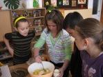 Uczniowie z klasy 3b robią sałatkę - fot. M. Dąbek ::  16
