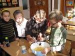 Uczniowie z klasy 3b robią sałatkę - fot. M. Dąbek ::  18
