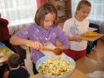 Uczniowie z klasy 2b robią sałatkę owocową - fot. M. Kasperkowicz ::  19