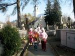 Dzieci z zerówki odwiedzają cmentarz w Rymanowie - fot. A. Szul ::  1