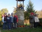 3 i 4-latki przy kapliczce poświęconej bł. Janowi Pawłowi II - fot. A. Szul ::  20
