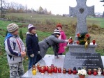 Pamiętamy o zmarłych - uczniowie klas I-III na cmentarzu w Rymanowie - fot. M. Dąbek ::  21