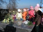 Dzieci z zerówki odwiedzają cmentarz w Rymanowie - fot. A. Szul ::  21