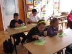 Uczniowie z klasy 3b robią sałatkę - fot. M. Dąbek ::  24