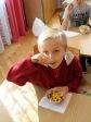 Uczniowie z klasy 2b robią sałatkę owocową - fot. M. Kasperkowicz ::  27