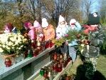 Pamiętamy o zmarłych - 5 - latki na cmentarzu w Rymanowie - fot. A. Szul ::  2