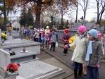 Pamiętamy o zmarłych - uczniowie klas I-III na cmentarzu w Rymanowie - fot. M. Dąbek ::  3
