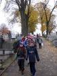 Pamiętamy o zmarłych - uczniowie klas I-III na cmentarzu w Rymanowie - fot. M. Dąbek ::  4
