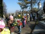 Dzieci z zerówki odwiedzają cmentarz w Rymanowie - fot. A. Szul ::  4