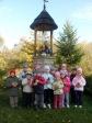 3 i 4-latki przy kapliczce poświęconej bł. Janowi Pawłowi II - fot. A. Szul ::  5