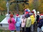 Pamiętamy o zmarłych - uczniowie klas I-III na cmentarzu w Rymanowie - fot. M. Dąbek ::  6