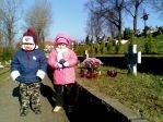 Pamiętamy o zmarłych - 5 - latki na cmentarzu w Rymanowie - fot. A. Szul ::  6