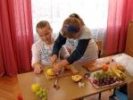 Uczniowie z klasy 2b robią sałatkę owocową - fot. M. Kasperkowicz ::  9